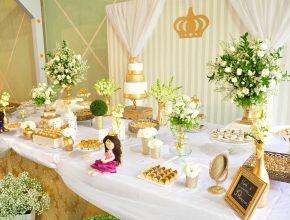 Uma mesa especial decora foi preparada para os adolescentes depois do almoço.
