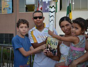 O livro Esperança Viva foi distribuído durante a passagem da Tocha Olímpica em Imperatriz