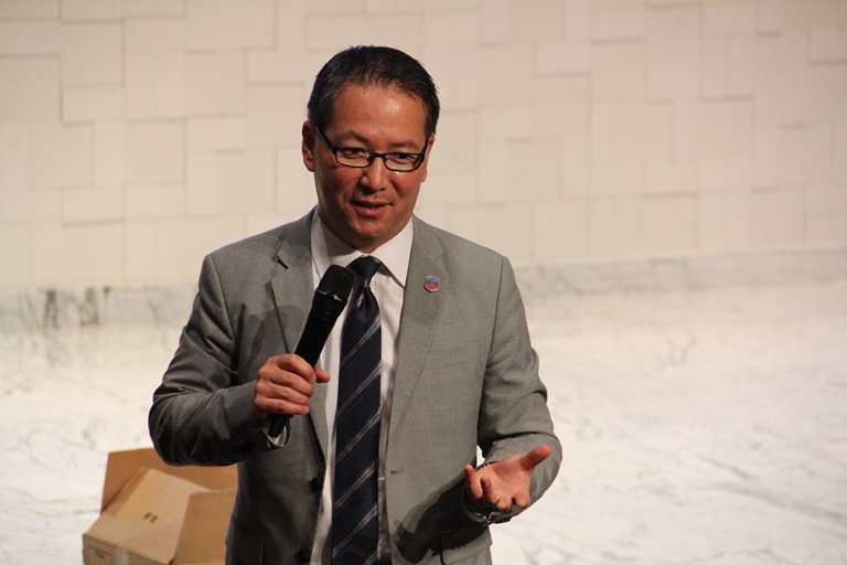 O pastor Jiwan Moon, diretor do Ministério de Universitários para a Igreja Adventista no mundo, apresentando as iniciativas do Ministério aos líderes de Jovens Adventistas de oito países da América do Sul