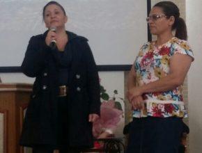 Daiane e Maria compartilham sua história de amizade e estudo na Bíblia, que resultou no batismo da paciente.