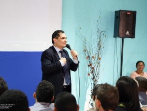 Pastor Ivanildo Cavalcante fala com líderes de Pequenos Grupos.