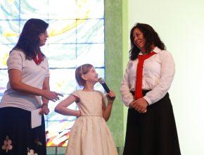 A pequena Maria Eduarda dá o seu testemunho durante evento