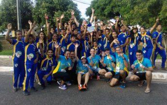 Desbravadores posam para a foto com atletas após a corrida.