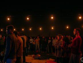 Jovens adventistas e não adventistas reunidos para compartilhar canções que expressam o amor e cuidado de Deus.
