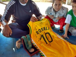 Jogadora mostra a camiseta autografada e a medalha das olimpíadas de Atlanta. Foto: colaborador local