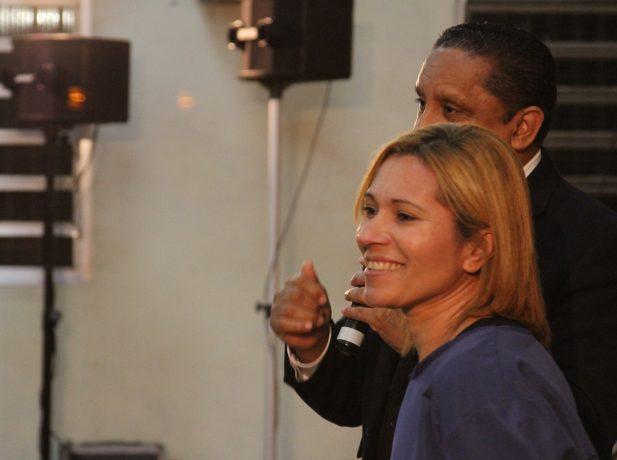 Fátima com Pr. Luis Gonçalves momentos antes de batismo [Foto: Michelle Martins]