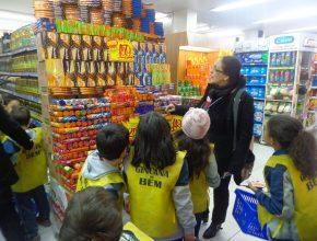 Os alunos tinham que comprar itens pedidos pelos pais, além dos que seriam doados.
