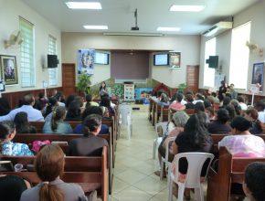 Líder Yasna de Oliveira, treina professores na igreja adventista de Aquidauana.