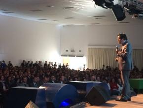 """Professor e pastor, Dr. Adolfo Suarez, aconselha educadores a """"ensinarem como o Mestre."""""""