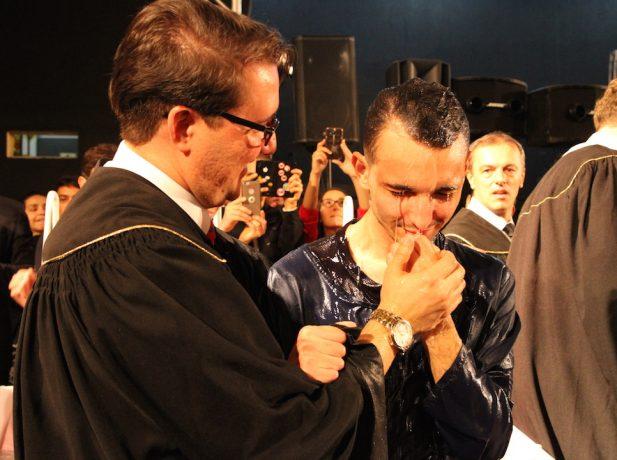 Sharlles sendo batizado [Foto:Michelle Martins]