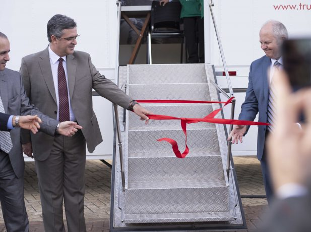 O pastor Erton Kohler e Jonathan Duffy, diretor da ADRA para todo o mundo, rompem o laço que marca a inauguração da unidade móvel