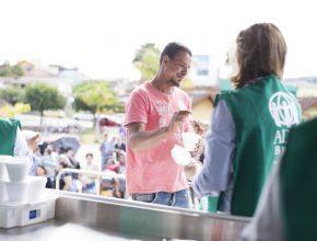 Morador de Monte Sião recebe refeição oferecida pela ADRA Brasil