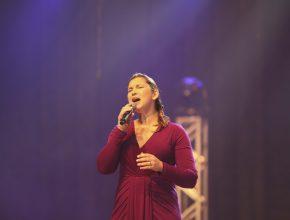 A cantora Joyce Carnassale foi convidada para participar do DVD. Ela é ex-aluna do CCA Bom Retiro.