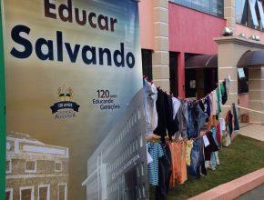 Varal com donativos foi exposto em frente ao colégio.