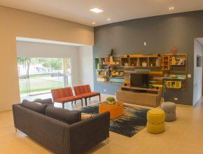 Após a re forma, a sala de convivência das crianças ganhou com móveis modernos e decoração inovadora.