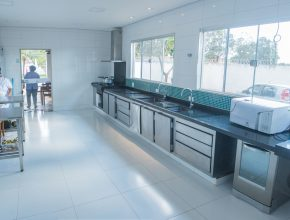 A cozinha da casa foi toda repaginada, oferecendo mais conforto tanto a quem trabalha, quanto às crianças que vivem no lar.