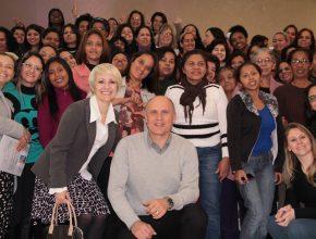 Pastor César Reis junto com as mulheres que assistiram as palestras.