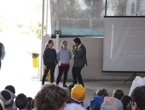 Ester (centro) foi a que mais arrecadou peças na campanha da escola, junto com sua irmã (esq.)