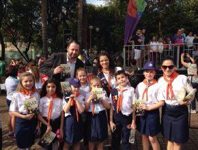 Aventureiros de Ijuí aproveitaram a passagem da tocha olímpica na cidade e distribuíram livros sobre esperança.