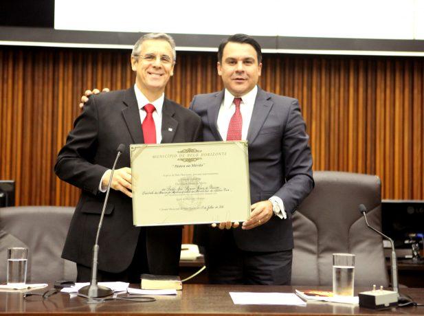 Pastor José Marcos (à esquerda) dedicou homenagem a todos que compõem a Igreja Adventista (Foto: Abraão Bruck)