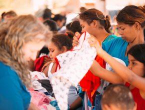 Bazar organizado pelo projeto através de doação de peças, atendeu a comunidade com preços simbólicos.