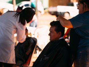 Além dos atendimentos médicos assistenciais, a ação social contou com a parceria de cabeleireiros, que dedicaram-se ao atendimento voluntário.