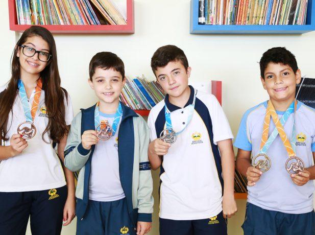 Alunos exibem medalha de competição de matemática Foto: Anne Seixas