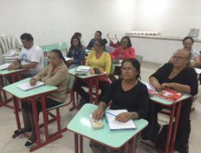 Alunos que estão sendo alfabetizados pela IASD Vila Dirce.