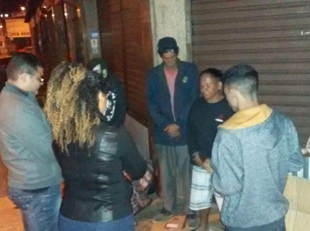 Jovens aquecem noite de moradores de rua em Juiz de Fora