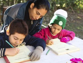 Por meio deste projeto, as famílias dos alunos são visitadas e as crianças frequentam a igreja aos sábados.