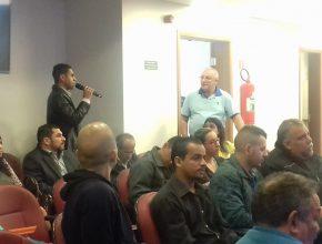 Ismael Forti abre espaço para os líderes de pequeno grupo interagir.