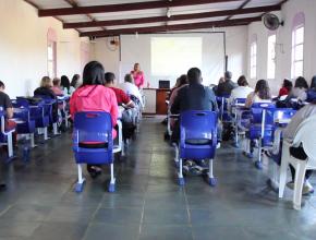 Enfermeira Regina Lucia dando palestra na Escola de Missionários.