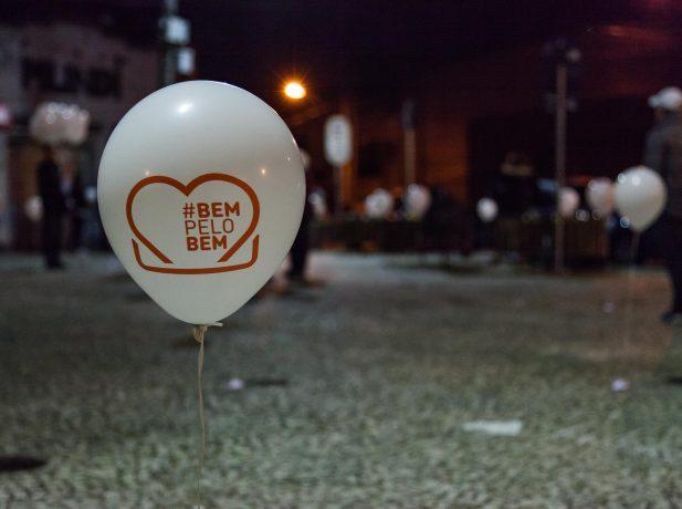 350 balões com bombons, 200 vasinhos de flores e 500 pirulitos foram espalhados pela região.