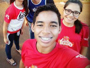 Luis Guilherme (à frente). Com 14 anos ele dedica boa parte do seu tempo, dons e talentos para a pregação do evangelho.