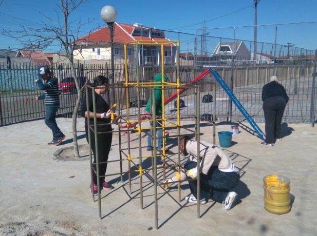 Os voluntários colocaram a mão na massa e reformaram os parquinhos, a quadra e a horta da escola.