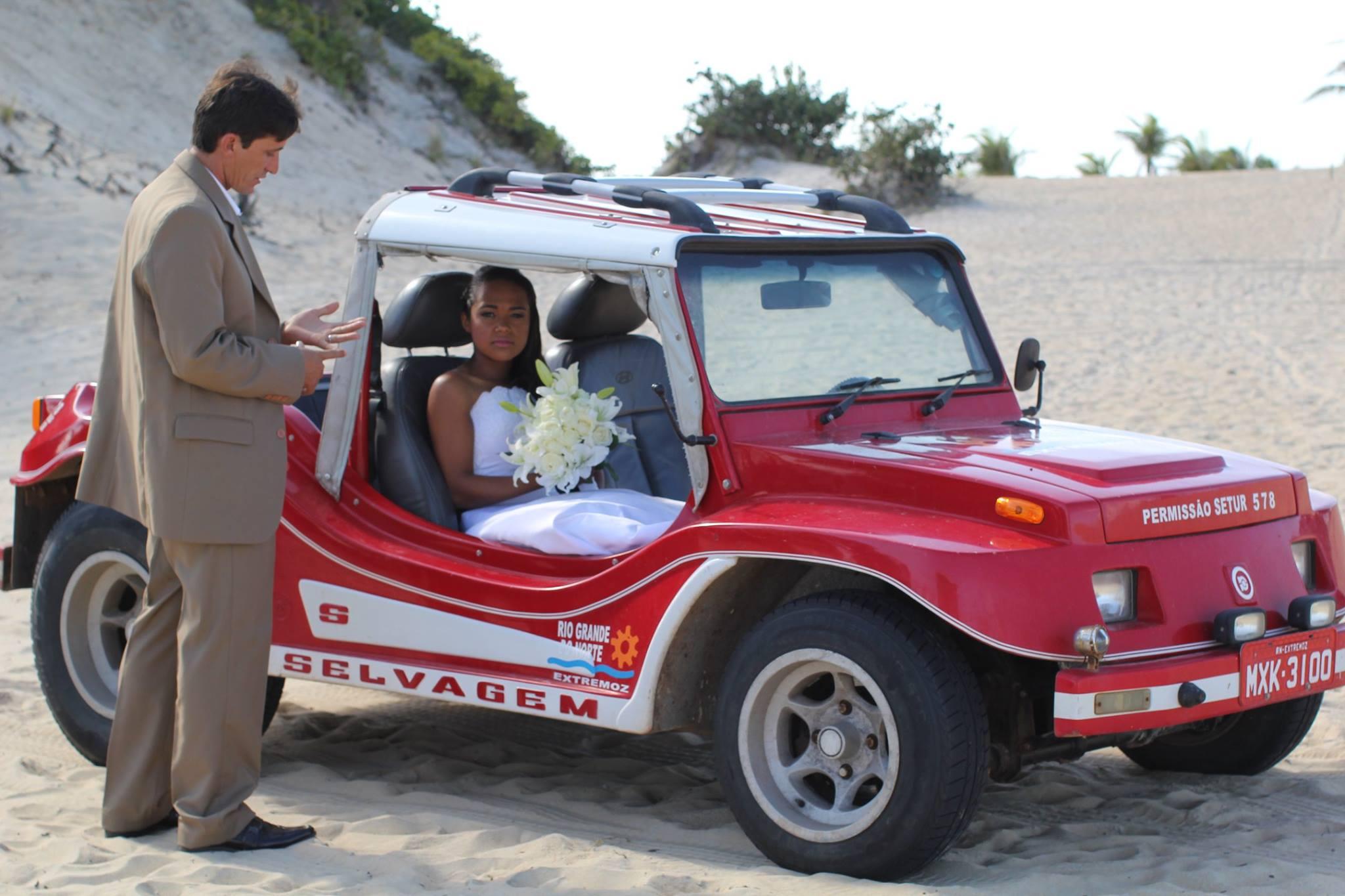 Noiva chega ao casamento de buggy