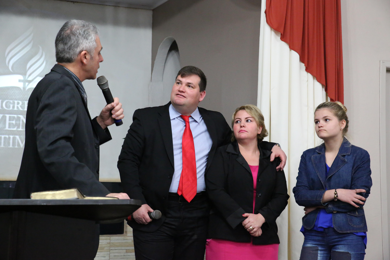 A decisão tomada por Homeor foi em conjunto com sua esposa e filha. Elas, inclusive, também participaram da cerimônia pública.