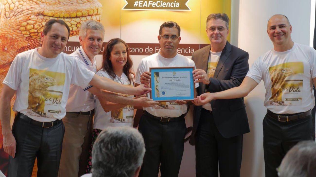 O documento que firma o compromisso de estabelecer a criação desse espaço em Galápagos foi entregue aos representantes da igreja e da educação adventista na região