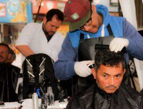 Cortes de cabelo no Mercadão de Guainases no sábado pela manhã
