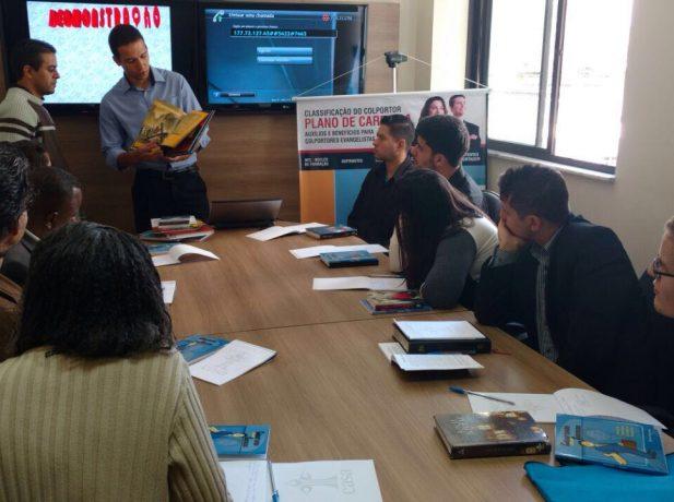 O Pr. Gustavo de Sá, líder do departamento de Publicações, fala aos candidatos