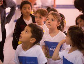 Crianças participam do salão dos banquetes, na E.C.F. 2016, aprendendo sobre hábitos alimentares saudáveis.