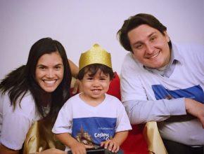 O casal Luciely e Vinicius Marqueto, pais do pequeno Davi, na primeira formatura da E.C.F. do pequeno de apenas dois anos.