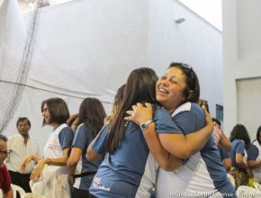 Ex-alunas se abraçam durante reencontro. A amizade construída há mais de 30 anos nunca deixou de existir.