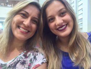 À esquerda, a pedagoga Lilian Loeschner, ex-aluna da Escola Adventista Artur Marinho, de Corumbá, com sua filha Raquel, que também fez parte da Educação Adventista. A ligação com a instituição é tão grande que ainda hoje Lilian atua como coordenadora pedagógica em uma escola adventista de Campo Grande.