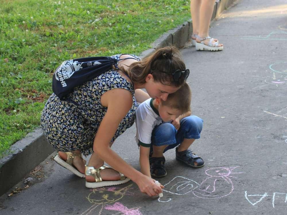 Jovem ucraniana ensina sobre saúde para menino. Crédito: cortesia de Simon Bykov