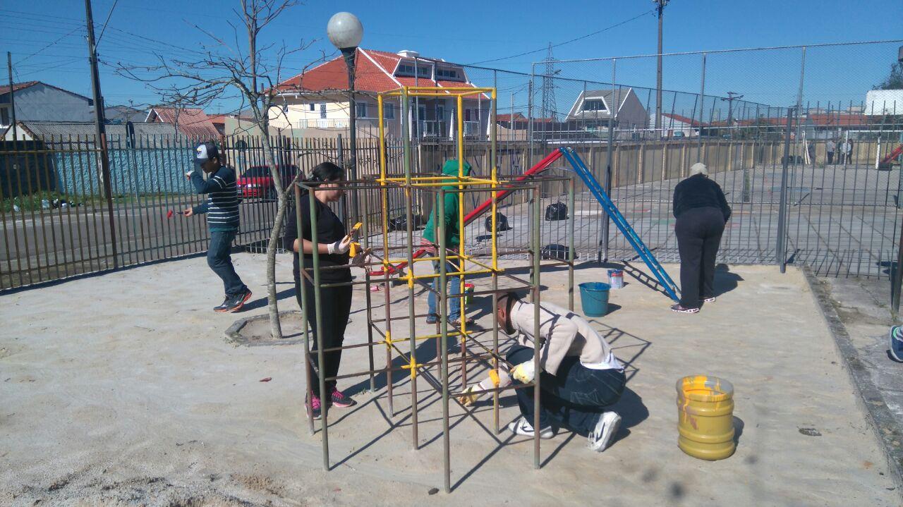 Voluntários do Geração 148 realizam trabalho comunitário em escola municipal.