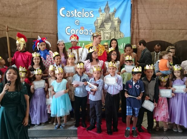Crianças ao concluírem suas participações na ECC receberam uma coroa.