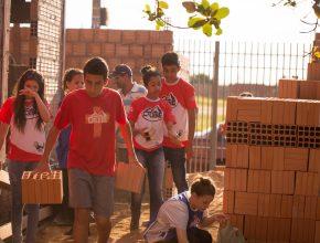Os jovens missionários colocam a mão na massa para ajudar na construção da primeira igreja adventista da região.