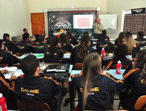 São 16 horas semanais em sala de aula em Araçoiaba da Serra
