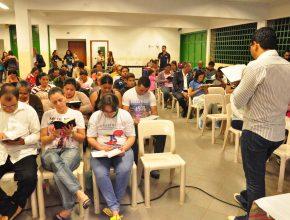 Evangelismo á noite com a presença dos moradores do bairro